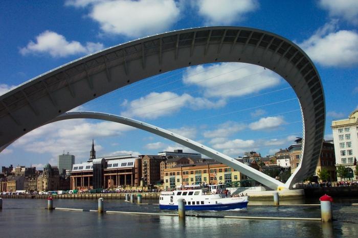 В поднятом виде арки моста принимают симметричное положение относительно поверхности воды. /Фото: ketawing.files.wordpress.com