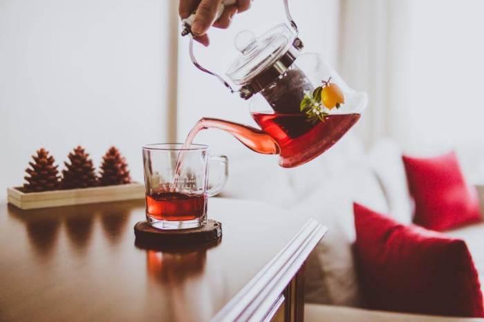 Не стоит выбрасывать использованные чайные пакетики, если дома есть деревянные предметы. /Фото: marieclaire.ua