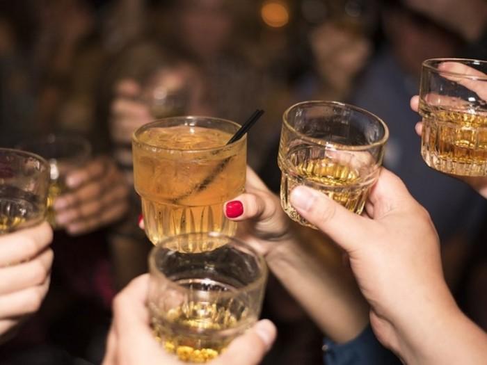 Ученые определили несколько основных причин, вызывающих храп, и употребление алкоголя — одна из них. /Фото: fakty.ua