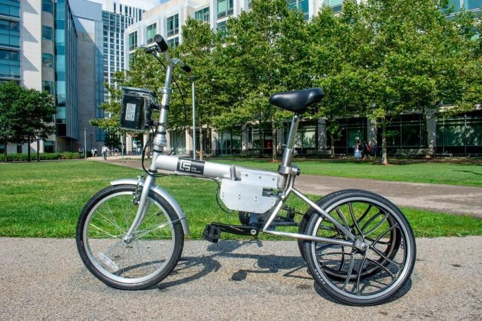 Американский велосипед на автопилоте модифицируется в трех- или в двухколесный в зависимости от режима. /Фото: s1.cdn.autoevolution.com