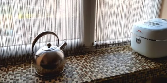 В маленькой кухне не стоит упускать из виду и подоконники, которые подарят дополнительные сантиметры.