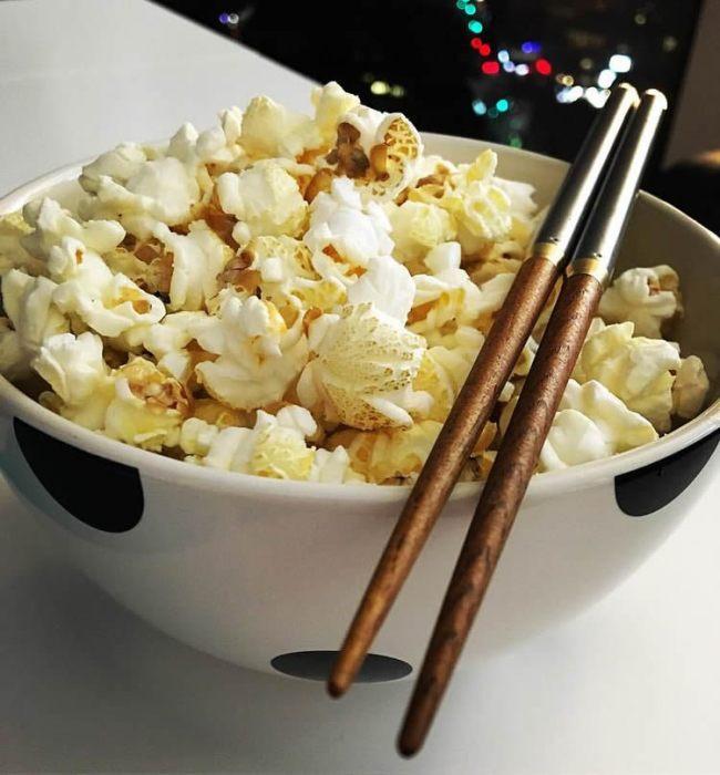 Как есть, не пачкая руки? Берите палочки для суши. /Фото: i1.wp.com