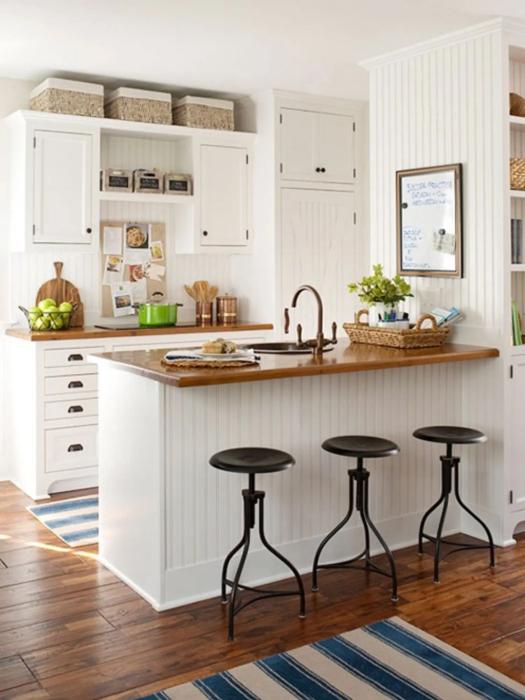 Плетеные коринки заполняют пустое место на шкафу и одновременно служат элементом декора. /Фото: mydecorative.com