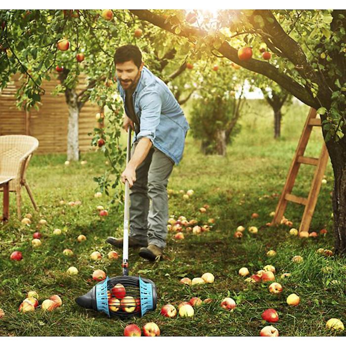 Плодосъемник Gardena Combisystem Fruit Collector позволяет собирать фрукты, не наклоняясь к земле. /Фото: images.clasohlson.com