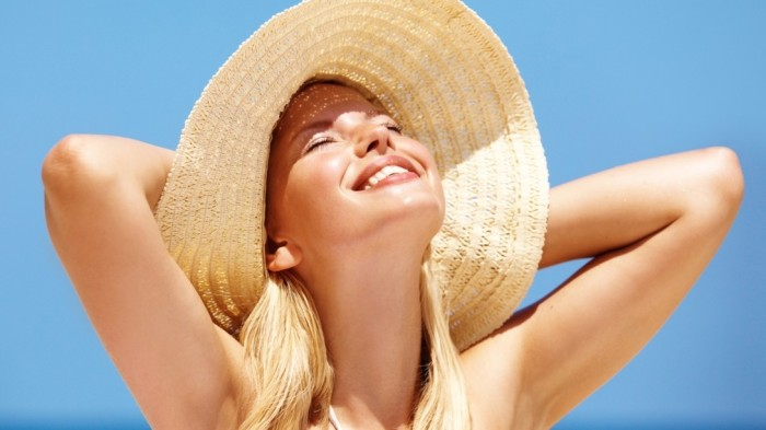 Если попытаться подсушить прыщики на солнце, можно добиться только обратного эффекта. /Фото: media.wsimag.com