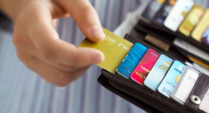 Пластиковая карта - хорошая замена скребку. /Фото: pbs.twimg.com
