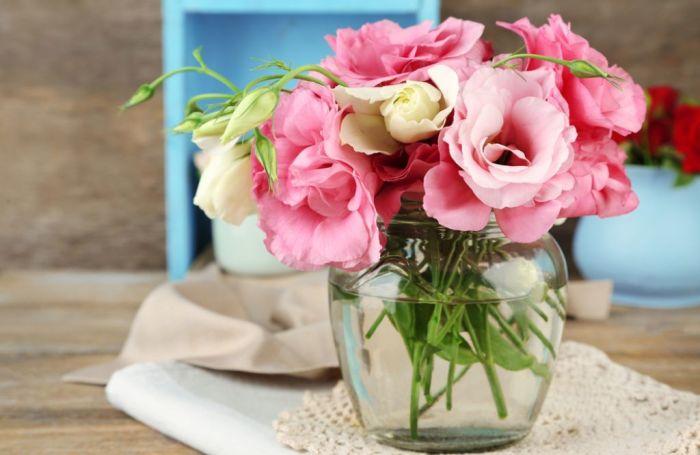 С помощью водки цветы простоят в букете намного дольше. /Фото: slovenskenovice.si