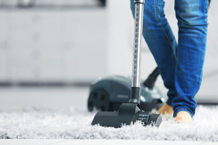 Пылесосить лучше чаще, чтобы не дать плесени шанс. /Фото: greenchoicecarpet-brooklyn-local.com