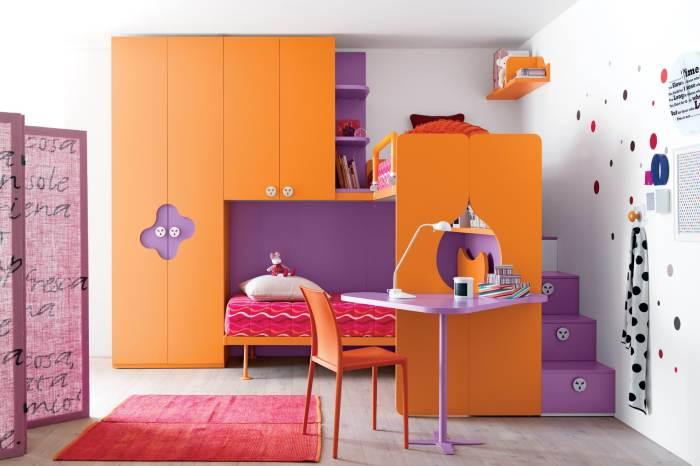 С коричневатым оранжевым хорошо сочетаются сиреневые, вишневые и другие ягодные оттенки. /Фото: avatars.mds.yandex.net