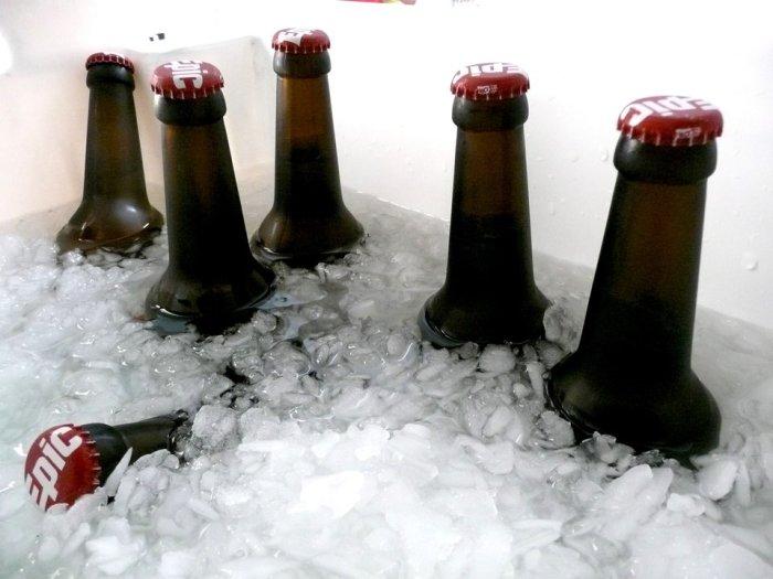 Соль поможет быстрее охладить напитки. /Фото: amp.businessinsider.com