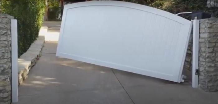 За счет синхронной работы всех деталей механизма при открытии ворот не задействуется дополнительное свободное пространство. /Фото: youtube.com/watch?v=7b_TjHqLYUs