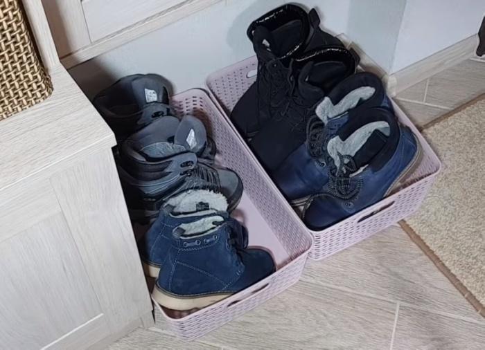 Пластиковая коробка - более практичное решение для грязной обуви в прихожей, чем резиновый коврик.