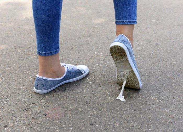 Жевательная резинка имеет неприятное свойство прилипать ко всему подряд. /Фото: inspiration.rehlat.com