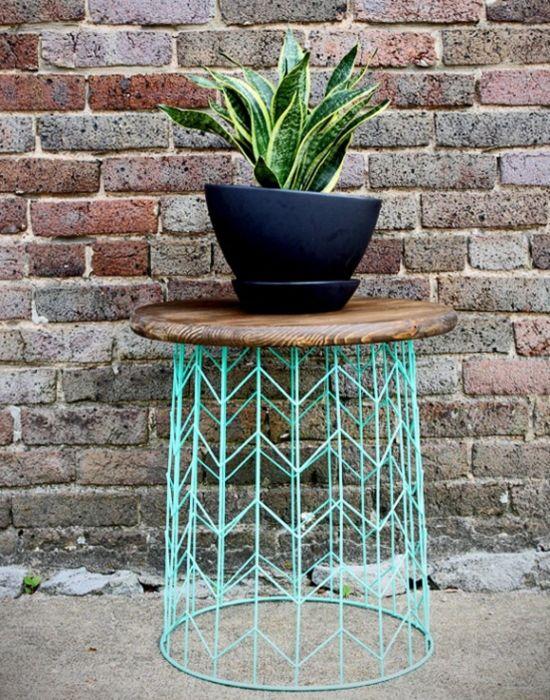 Из старой корзины получится легкий столик или подставка под цветы. /Фото: i.pinimg.com