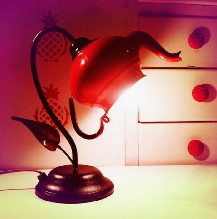 Чайник — идеальный плафон для лампы. /Фото: 4.404content.com