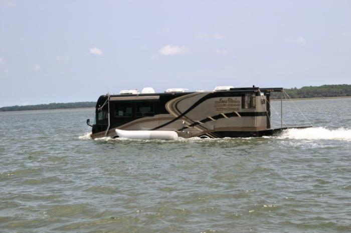 Сзади автобуса открывается площадка, с которой можно рыбачить или нырять в воду. /Фото: 1.bp.blogspot.com