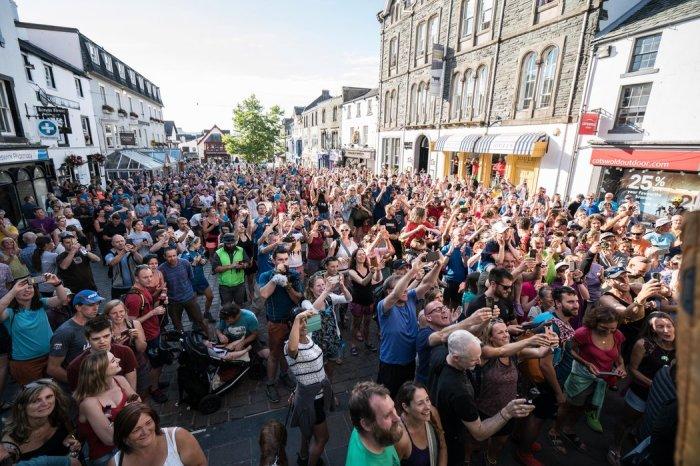 У толпы нет глаз и совести, она просто движется вперед и никак иначе. /Фото: image.redbull.com