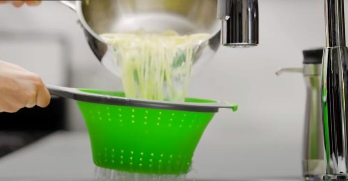 Удобная кухонная утварь, которая не занимает много места. /Фото: youtube.com