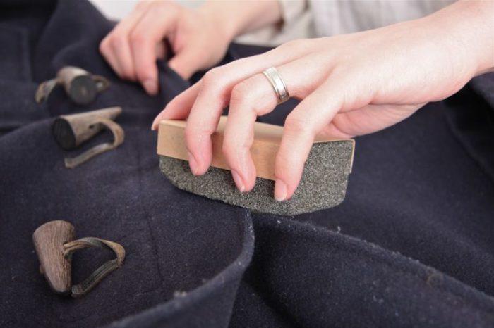 Свитеры, пальто и кофты могут выглядеть как новенькие, если использовать для их обновления наждачную бумагу. /Фото: protkan.com