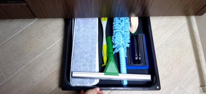 Организовать хранение можно даже на полу под тумбочками.