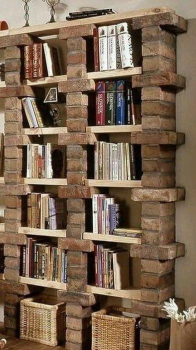 Из кирпичей можно сделать даже полочки для книг. /Фото: res.cloudinary.com