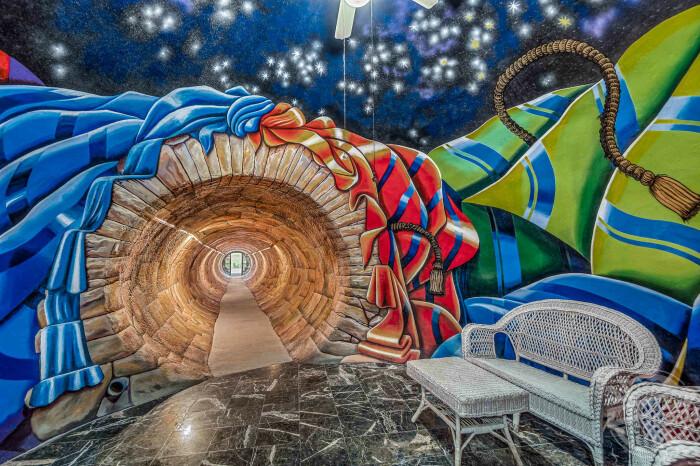 В этом доме холл — не самая простая комната жилого пространства. /Фото: mediadrumworld.com