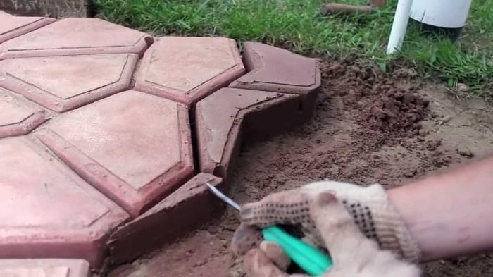 Для тех, кто захочет воспользоваться иной последовательностью создания тротуара. /Фото: i.ytimg.com