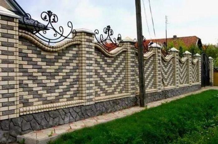 Цветной узор делает ограду из кирпича более «нарядной». /Фото: i2.wp.com