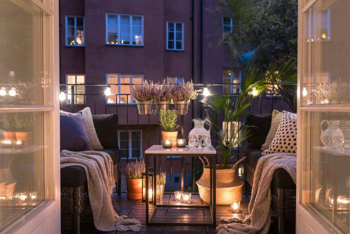 Для молодых семей отличным вариантом станет балкон со свечами или гирляндами. /Фото: i.pinimg.com