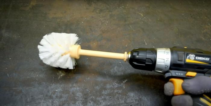 С таким самодельным устройством пыли не прижиться в машине. /Фото: youtube.com
