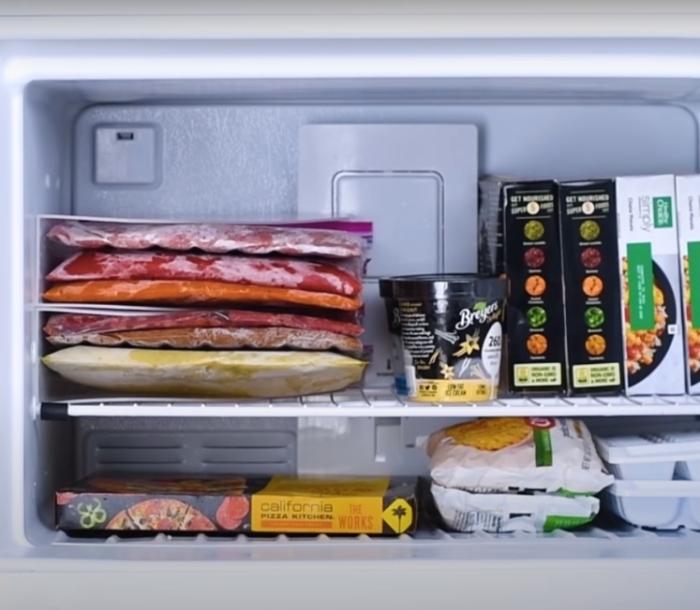 С таким расположением в морозилке появится много дополнительного места. /Фото: youtube.com