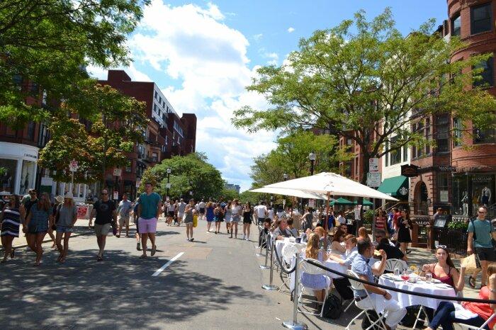 На Ньюбери-стрит несколько дней в году запрещают проезд автомобилей. /Фото: newburystboston.com