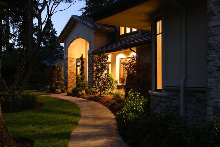 Окружающая дом территория выдает его внутреннее содержание. /Фото: safety.com