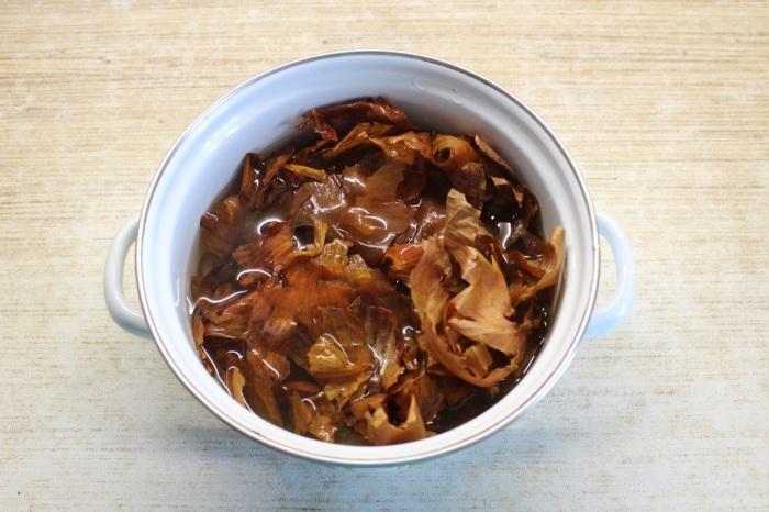 Отвар из луковой шелухи – хороший краситель. /Фото: img.anews.com