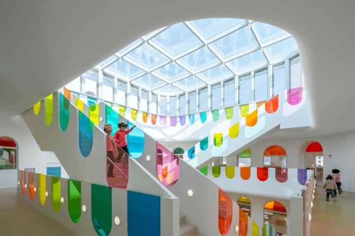 Лучи солнца, падая через стеклянный потолок, создают феерию цветовых бликов. /Фото: images.adsttc.com
