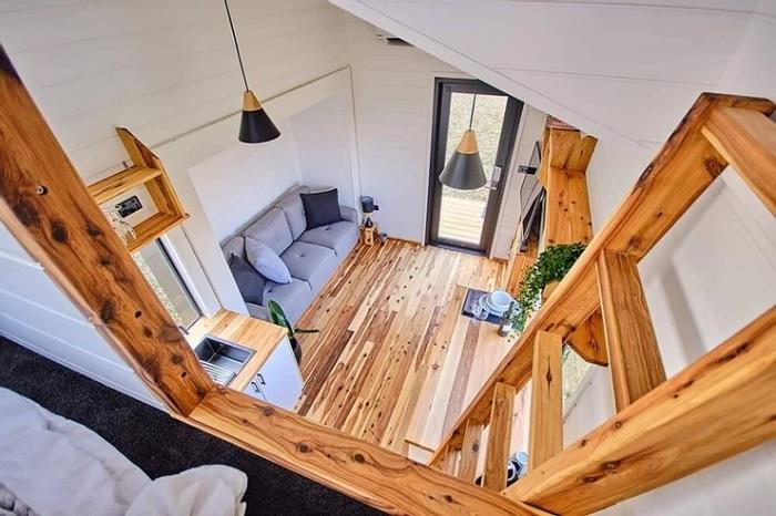 Вид сверху, из спальни, доступ к которой обеспечивает лестница. /Фото: static.wixstatic.com