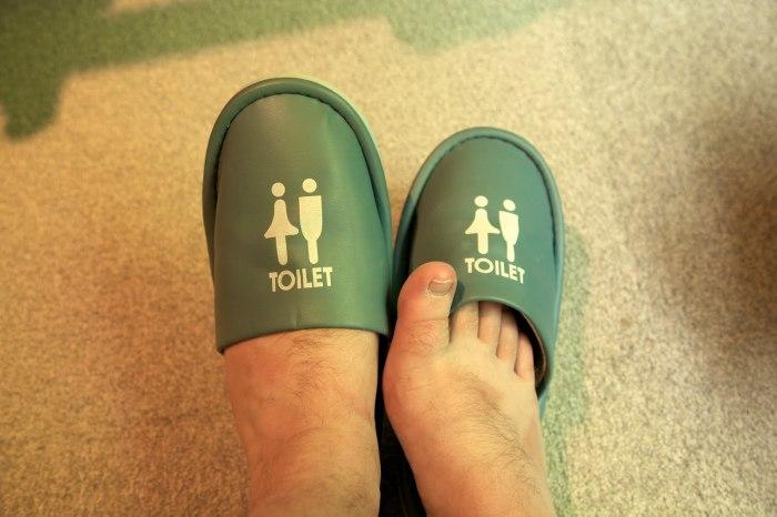 Японцы очень бдительны в вопросах порядка, поэтому даже для туалета у них есть специальная обувь. /Фото: travellingjoel.files.wordpress.com