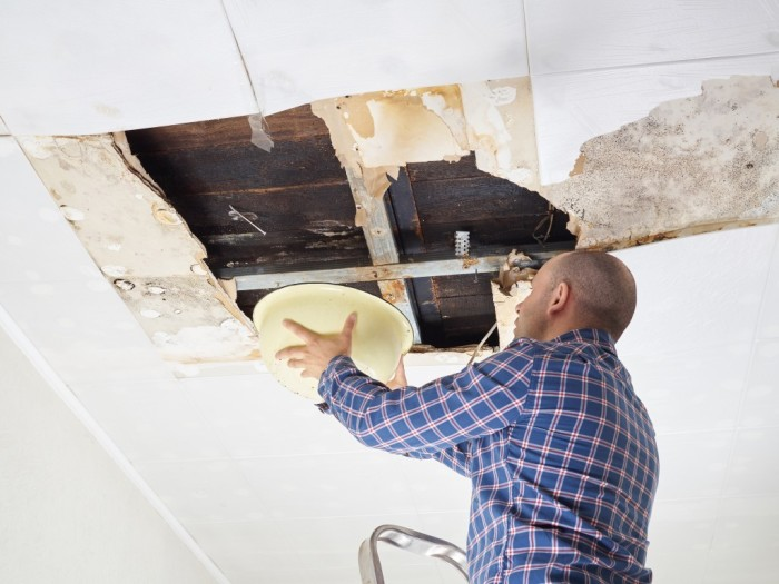 Ремонт после протечки потолка может быть серьезным. /Фото: sdelaipotolok.com