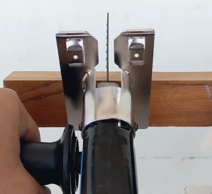 Использование насадки для распиливания деревянного бруска.