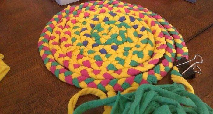 Такой необычный коврик можно сделать из ненужной ткани. /Фото: vseznayko.com