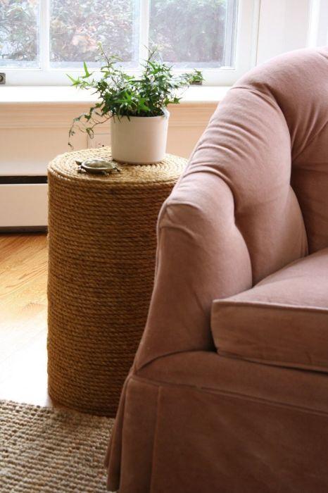 Такой нестандартный столик можно изготовить из подручных средств. /Фото: i.pinimg.com