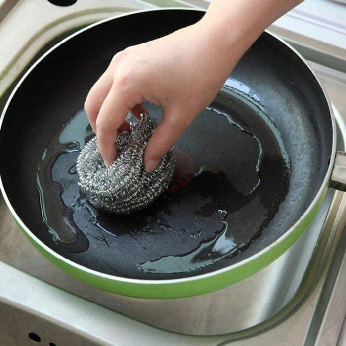 Металлические губки несовместимы с антипригарным покрытием. /Фото: images-na.ssl-images-amazon.com