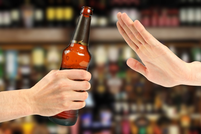 Чрезмерное употребление алкоголя негативно сказывается на состоянии кожи. /Фото: meritotreatment.com