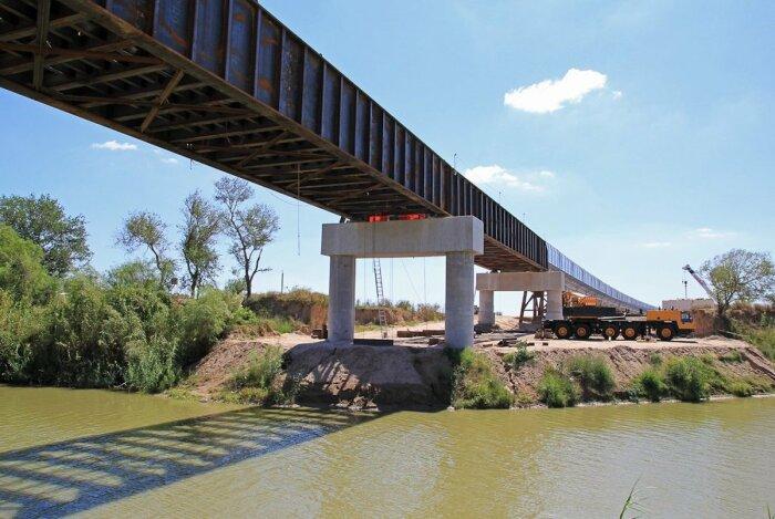 Строить мосты с такой техникой намного проще. /Фото: thumbnails.texastribune.org