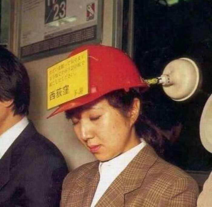 Японцы зачастую так устают, что засыпают в общественном транспорте даже стоя. /Фото: humourdemecs.com
