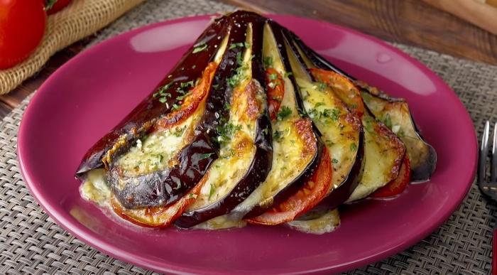 Баклажан, запеченный веером – блюдо вкусное и эффектное. /Фото: youtube.com/watch?v=TJwhwIMyjMk
