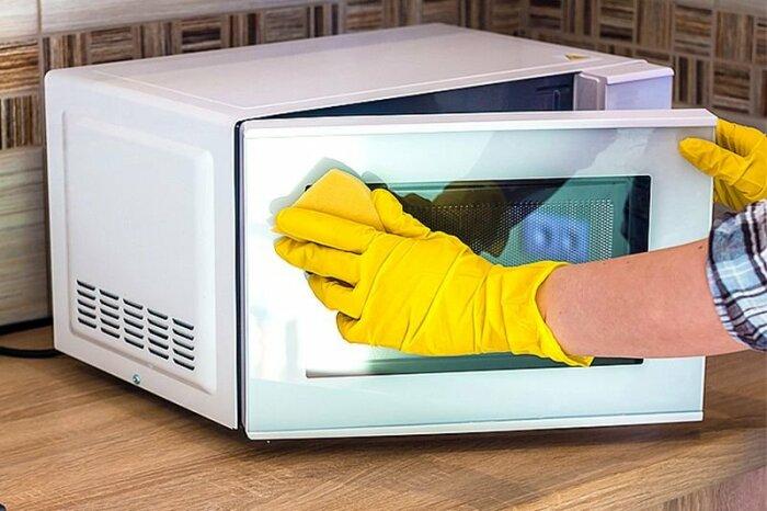 Простой и доступный способ чистки — использовать стеклоочиститель. /Фото: goneva.net.ua