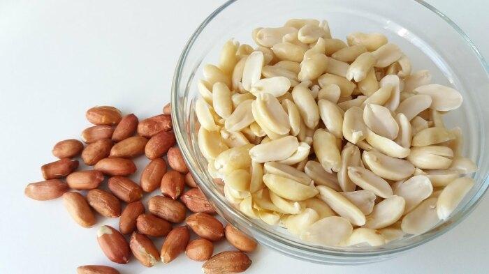 Не обязательно чистить каждый орешек, чтобы полакомиться вкусным арахисом. /Фото: i.ytimg.com