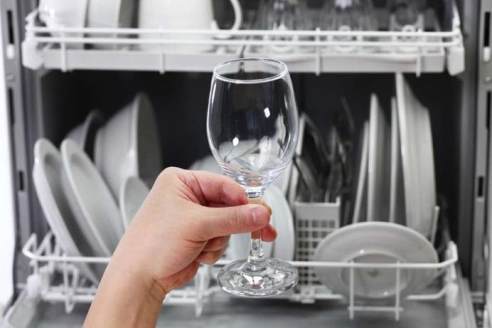 Избавиться от пятен от жесткой воды поможет уксус. /Фото: syl.ru