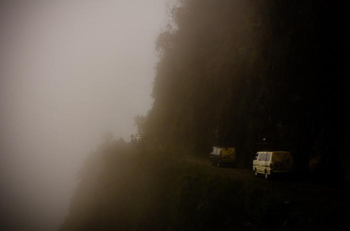 «Дорога смерти» в тумане. /Фото: carreteraspeligrosas.com